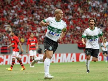 Alex comemora o golaço feito contra o Flamengo. (Foto: Divulgação/Site Oficial Coritiba)