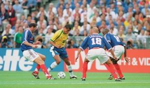 Brasil estava irreconhecível na final. Os franceses, que nada tem a ver com isso, venceram e levaram a taça (Foto: Reprodução/Revista Placar)