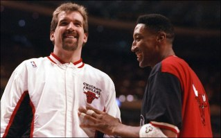 O canadense Wennington (esq.) com o craque Pippen (dir.). (Foto: NBAE/Getty Images)