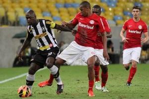 Seedorf (esq.) marcou o quinto dele no Brasileirão (Foto: Divulgação Botafogo)