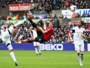 Robin Van Persie marcou dois na estreia do United (Foto: Getty Images)