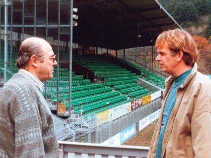 Volker Finke (dir.) chegou na temporada de 91/92 e se tornou um grande amigo do presidente do Freiburg (esq.) (Foto: