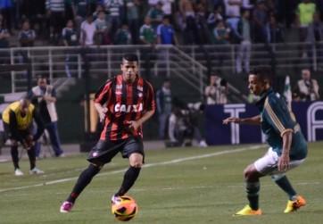Palmeiras e Atlético-PR fizem um jogo disputado no Pacaembu (Foto: Gustavo Oliveira/Reprodução/SiteOficial)