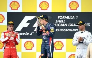 Vettel comemora, enquanto Alonso faz cara de poucos amigos (Foto: AFP)