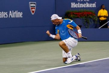 Hewitt vibra com a excelente vitória sobre Del Potro (Foto: Philip Hall/usopen.org)