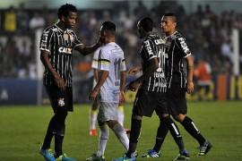 Gil, à esquerda, e Neílton trocando elogios (Foto: Reprodução Site Oficial do Santos)