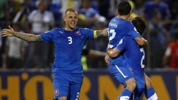 Jogadores da Eslováquia comemoram o gol da vitória contra a Bósnia (Foto: Reuters)