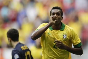 Jô aproveitou a oportunidade e anotou dois gols na goleada sobre os australianos (Foto: Felipe Dana/AP Photo)