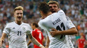 Klose e Muller comemoram na vitória da Alemanha no Grupo C (Foto: Getty Images)