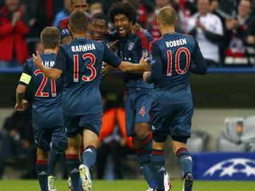 Jogadores do Bayern comemoram o gol de Alaba (Foto: Reuters)