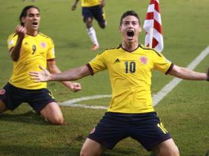 James Rodriguez fez o gol que deixa a Colômbia a uma vitória da Copa (Foto: Fernando Vergara/AP Photo)