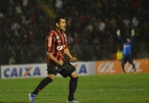 Éderson chegou aos 15 gols e é artilheiro isolado do Brasileirão 2013. (Foto: Gustavo Olliveira/Site Oficial)