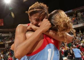 McCoughtry (esq.) e a brasileira Erika (dir.) comemoram classificação do Dream. (Foto: NBAE/Getty Images)