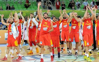 Jogadores espanhois comemoram classificação para semifinal. (Foto: Divulgação/FIBA)