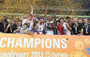 Jogadores franceses comemoram o primeiro título no EuroBasket. (Foto: Divulgação/FIBA)