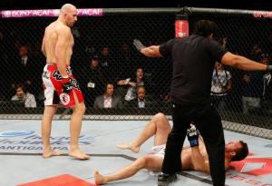 (Glover sai tranquilo depois de surrar o adversário no chão. Foto: Divulgação Facebook/UFC)