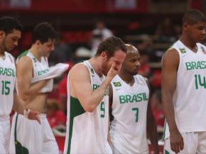 Marcelinho Huertas (meio) chora eliminação do Brasil na Copa América. (Foto: AP)