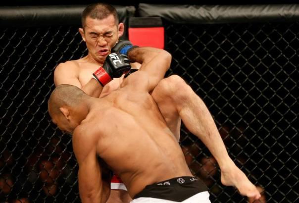(Ronaldo Jacaré acerta belo golpe contra Yushin Okami. Foto: Divulgação Facebook/UFC)