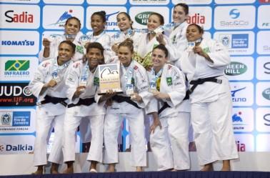 Seleção feminina por equipes foi prata nesse domingo (Foto: Divulgação CBJ)