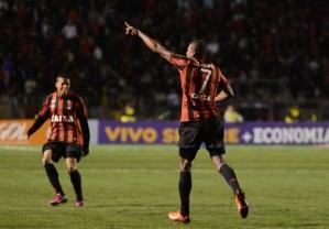 Marcelo faz o gol e aponta para a liderança do campeonato (Foto: Divulgação/Atlético-PR)