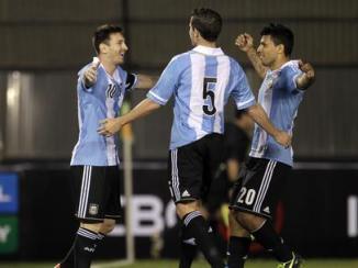 Messi comemora um dos gols da goleada sobre o Paraguai (Foto: Reteurs)