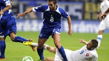 A Bósnia venceu a Eslováquia por 2x1 (Foto: Samuel Kubani/ AFP)