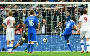 Balotelli marcou o gol da Azurra que garantiu a vaga na Copa de 2014 (Foto: Getty Images)