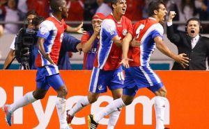 Joel Campbell, Castillo e Borges comemoram o segundo gol da Costa Rica (Foto: Getty Images)