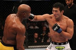 (Em 2011 Okami foi derrotado pelo ex-campeão Anderson Silva / Foto: Divulgação UFC)