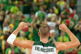 O lituano Jonas Valanciunas comemora a classificação. (Foto: Divulgação/FIBA)