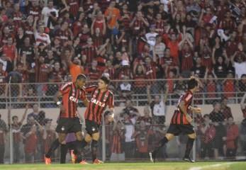 Marcelo Cirini anotou o gol da vitória após mais uma assistência de Paulo Baier (Foto: Gustavo Oliveira / Site Oficial do Atlético PR)