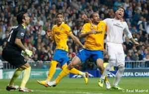 O zagueiro italiano fez o pênalti em Sérgio Ramos e no segundo tempo levou o cartão vermelho. (Foto: Divulgação/Site Oficial do Real Madrid)