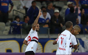 Douglas marcou o primeiro da vitória tricolor (Foto: Rubens Chiri/saopaulofc.net)