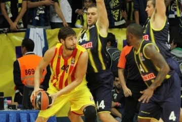 O croata Ante Tomic (esq.) não evitou a derrota do Barça. (Foto: EuroLeague.net)