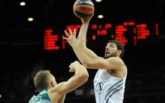 O espanhol Nikola Mirotic (dir.), do Real Madrid, foi cestinha na vitória. (Foto: EuroLeague.net)