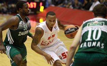 O americano Curtis Jerrells (meio) foi destaque na vitória do Olimpia Milano. (Foto: EuroLeague.net)