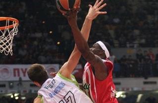 O espanhol Vázquez (esq.), do Málaga, e o americano Petway (dir.), do Olympiacos, foram destaques na partida. (Foto: EuroLeague.net)