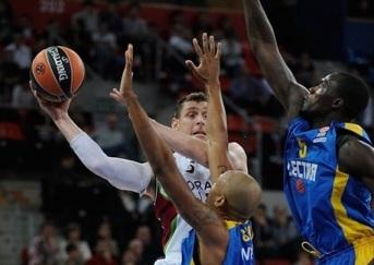 O Saski Baskonia do argentino Andrés Nocioni (de branco) vence na primeira rodada. (Foto: EuroLeague.net)
