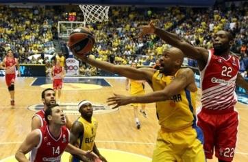 Devin Smith (com a bola) foi bem na vitória do Electra Tel Aviv. (Foto: EuroLeague.net)