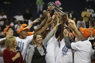 Jogadoras e comissão técnica do Lynx levantam troféu. (Foto: Star Tribune)