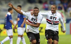Reinaldo comemorou o segundo gol que o árbitro acabou interpretando como contra (Foto: Rubens Chiri/saopaulofc.net)