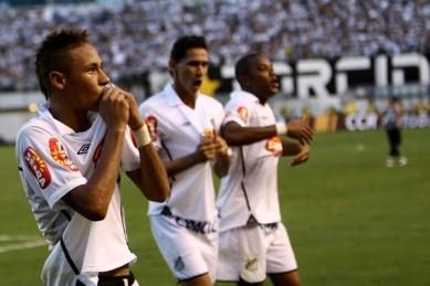 Ao lado de Ganso e Neymar, Robinho foi campeão do Paulistão e da Copa do Brasil (Foto: Lance)