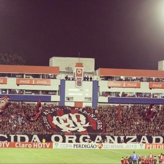 A torcida lotou a Vila Capanema para apoiar o Atlético e bateu o recorde de público, com 16.014 expectadores (Foto: Divulgação/Site Oficial do CAP)