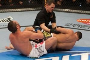 Árbitro precisa separar Toquinho de Tomasz Drwal para evitar uma lesão séria, no UFC 111 ( Foto Divulgação UFC)