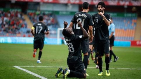 Varela comemora um dos gols da goleada portuguesa (Foto: Reuters)