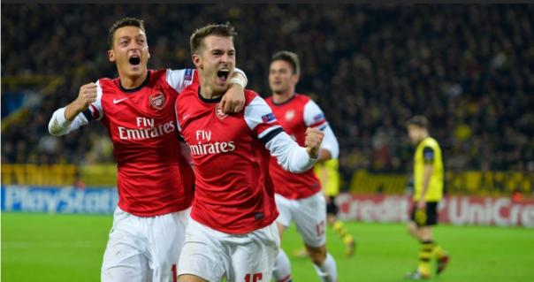 Ozil e Ramsey comemoram o gol da vitória dos Gunners (Foto: AFP PHOTO / Odd Andersen)