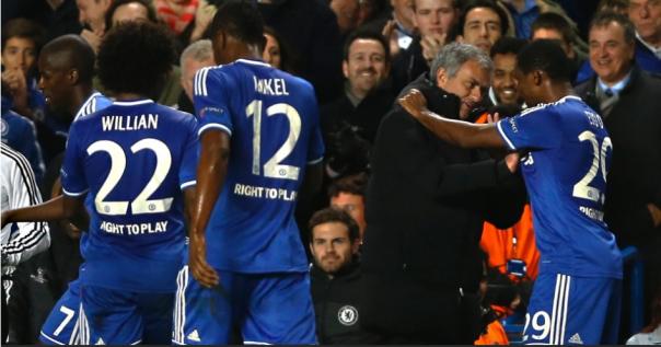 Samuel Eto'o comemora um de seus gols com o treinador José Mourinho (Foto: AP Photo/Kirsty Wigglesworth)