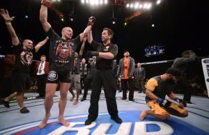 (The Rush comemora com alívio, enquanto Hendricks lamenta. Foto: Divulgação/UFC)