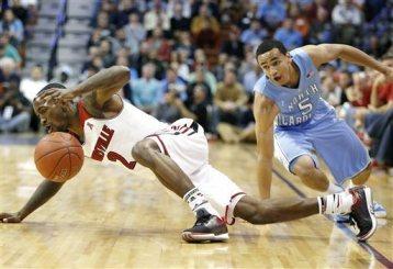 Louisville, de Russ Smith (esq.), sofre a primeira derrota da temporada. (Foto: AP)
