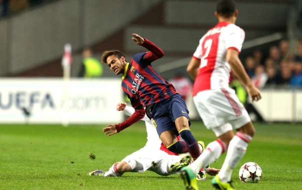Neymar sofreu a penalidade, mas desperdiçou as outras oportunidades que teve e rendeu abaixo do que pode (Foto: Agência AP)